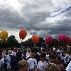Ministranten mit Ballonen
