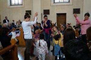Spielgruppenkinder bedanken sich mit einem Tanz