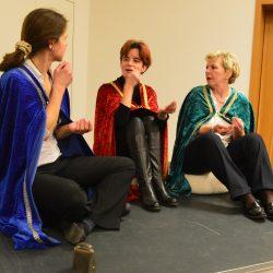 Sketch: 3 Königinnen lästern über den Besuch im Stall von Bethlehem