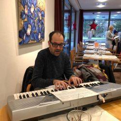 Organist Andreas Schönenberger begleitet die Lieder der Sternsinger