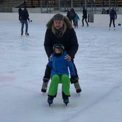 zwei Schlittschuhläufer auf der Dolder Eisbahn