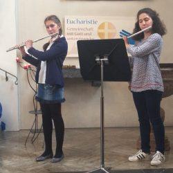 Zwei Floetistinnen spielen zum Muttertag