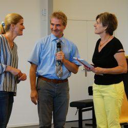 Vreni Klamroth und Pfr. Marius Kaiser überreichen Heidi Wäger das Heidi-Buch.