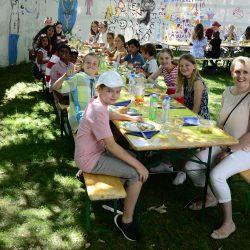 Fröhliche Ministrantenschar am Sommerfest