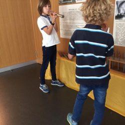 Kinder testen die Pfeifen der alten Orgel