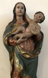 Der Kircheninnenraum und die Gottesmutter Maria