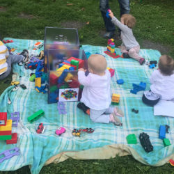Babies spielen auf der Decke
